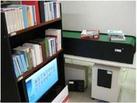 Esempio di un sistema RFID di scaffali intelligenti con nastro trasportatore per la gestione di librerie.
